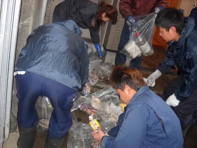 ゴミ選別作業の写真